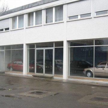 Opuszczony salon Forda z fabrycznie nowymi pojazdami
