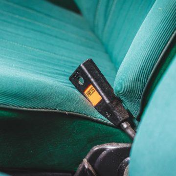 Klasyczny samochód bez pasów z tyłu – czy można przewozić nim pasażerów?
